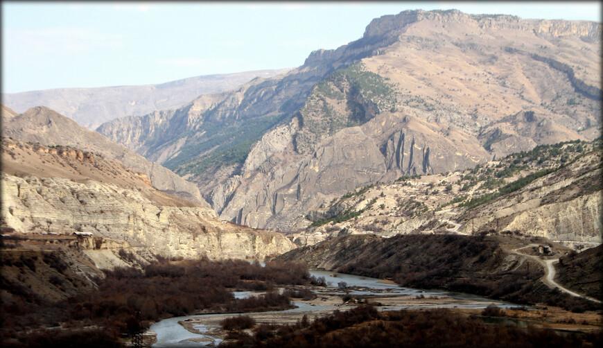 Две основные реки вырываются из гор — Сулак на севере и Самур на юге.