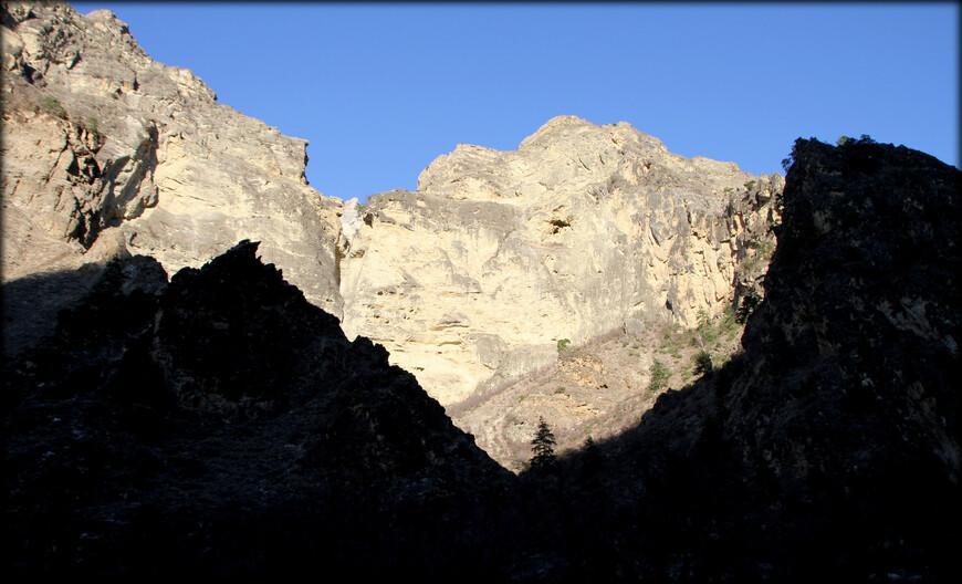 Горы занимают площадь 25,5 тыс. км², а средняя высота всей территории Дагестана равна 960 м. Высшая точка — Базардюзю (4466 м).