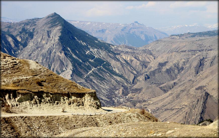 Породы, слагающие горы Дагестана, резко разграничены.