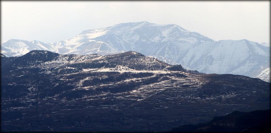 Орография Дагестана своеобразна: 245-километровая полоса предгорий упирается в поперечные хребты, которые окаймляют огромной дугой Внутренний Дагестан.