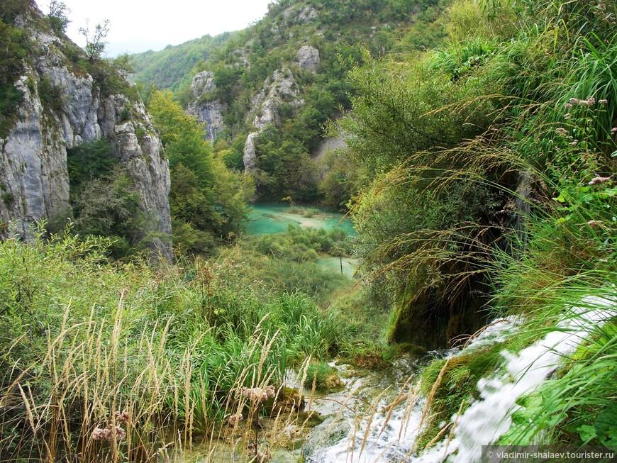 Уникальный во всех отношениях природный объект расположен в регионе Северная Далмация, в котловине гор, покрытых девственными буковыми и еловыми лесами.