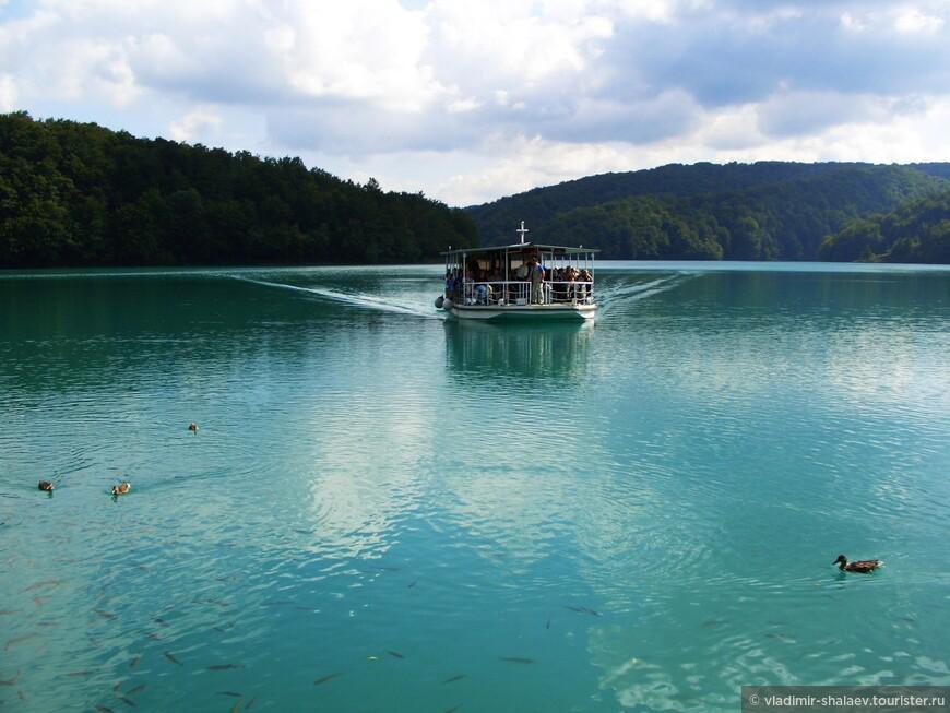 Самое большое из озёр Козьяк занимает площадь 82 гектара, а глубина его достигает 45 метров. Уйдет не менее двух часов, чтобы обойти это озеро по берегу, поэтому через него туристов перевозит паром.