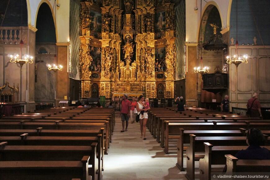 Церковь внутри. Алтарь полностью деревянный.