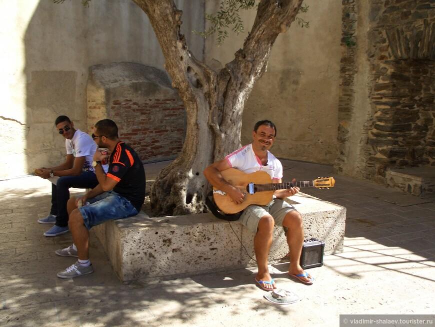 Ну и как в любом туристическом городе - уличный музыкант.