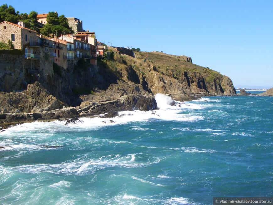 Вот так домики Кольюра нависают над скалами. Если вы себе что-то присмотрели, должен сразу предупредить, что недвижимость здесь стоит примерно как  в Ницце и Монако.