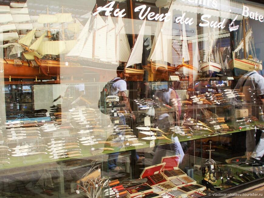 В городе много маленьких магазинчиков с сувенирной продукцией - вам с радостью помогут расстаться с деньгами.