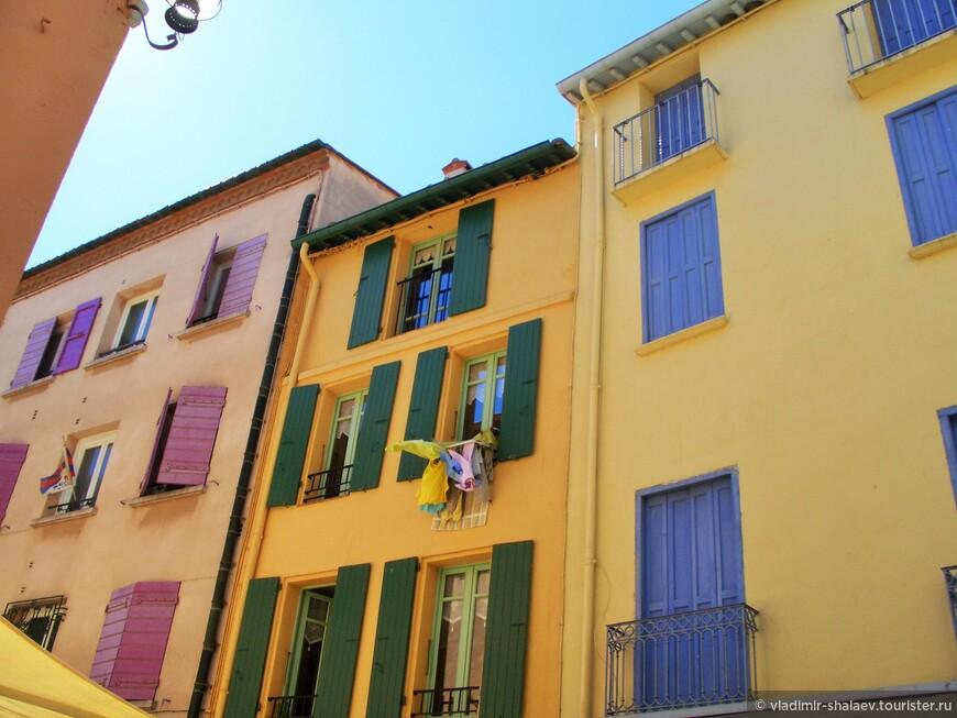 Большинство домов в Кольюре выкрашены в радостные солнечные тона.