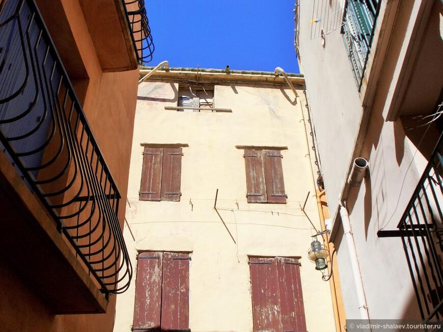Ставни и двери в городе раскрашены яркими красками. Говорят, что такими же красками рыбаки красили свои лодки, а уж остатками окна и двери, чтобы добро не пропадало.