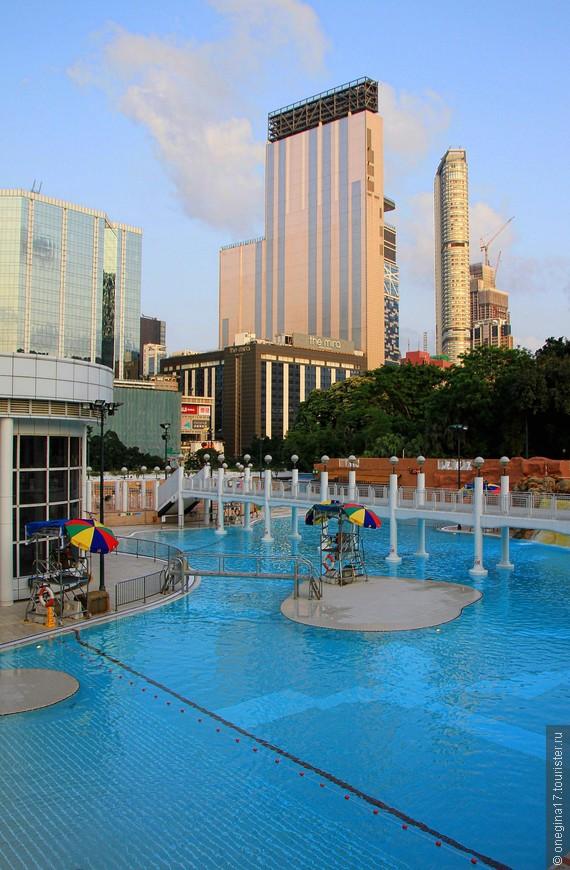 Парки - они для релакса. А в климате Гонконга проще всего релаксировать, погрузившись в прохладную воду или просто, растянувшись на солнышке. Жалко, что добрели мы сюда сильно ближе к вечеру...