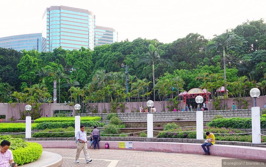 Кажется, что парки зажаты огромными домами. На самом деле все немножко иначе - это дома деликатно остановились, не решившись нарушить границы зеленых оазисов, так красиво изменяющих облик города.