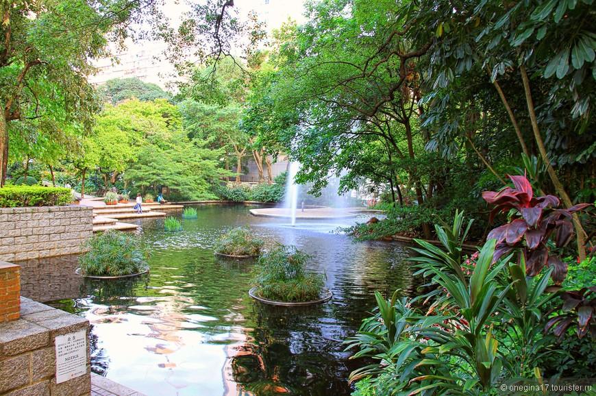 Обилие воды и зелени обещали прохладу, свежесть и густую тень. Тень и правда была. А вот прохлады и свежести я не нашла даже в парках.