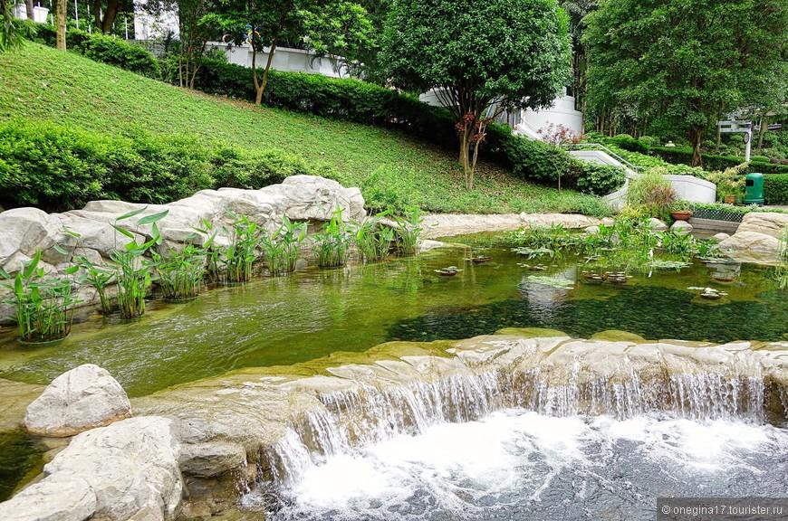 А шум воды заглушал все остальные шумы и настраивал на безмятежный лад, уверяя в правильности решения - парками надо любоваться неспешно...