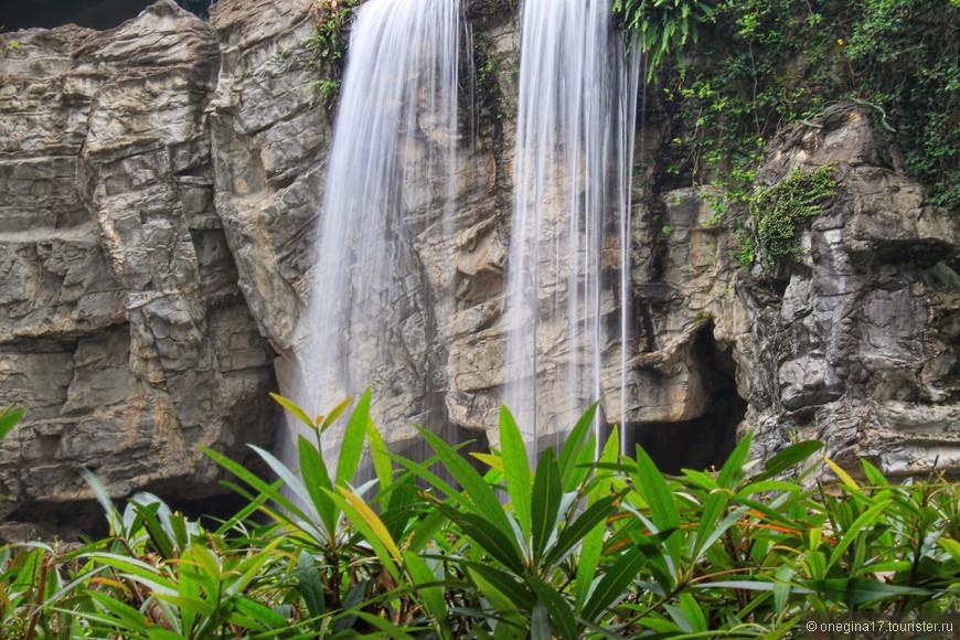 Меня уверяли, что водопад самый настоящий, созданный природой. Не то, чтобы я усомнилась... просто решила поверить на слово.
