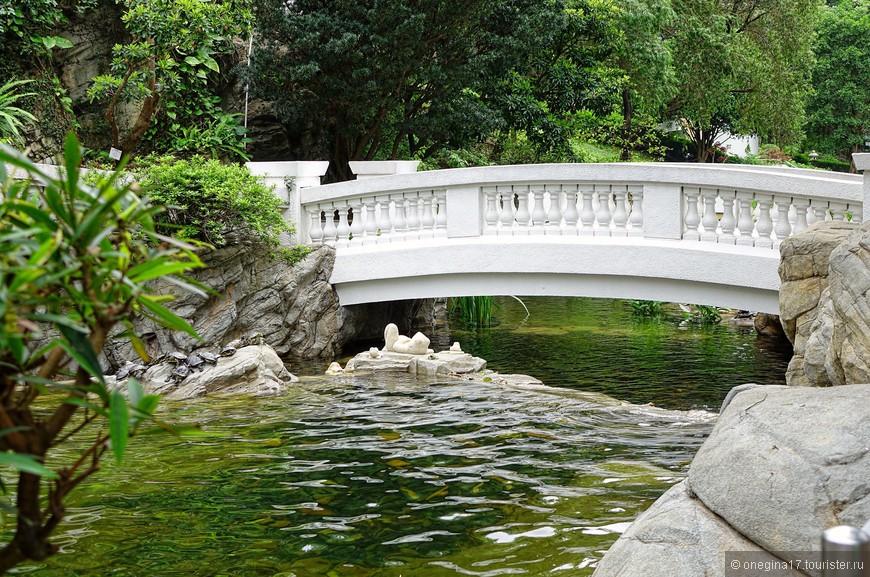 Мостики - для созерцания бегущей воды. Поэтому поймать в кадр мостик в одиночестве было проблематично. Но если никуда не спешить и неторопливо ждать паузы в человеческих потоках, то задача вполне осуществима.