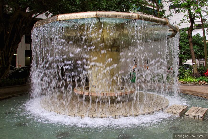 Фонтан, напоминающий водопад. Падающая вода - непременный атрибут парков.