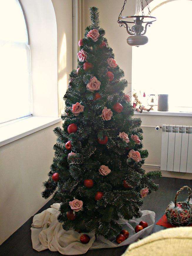 А это уже в музее. Здесь 10 или 12 залов. Каждый со своей экспозицией. Начинается, как положено, с Петра I. Ведь это от него пошли новогодние празднества, елки, украшения, подарки и все такое. В Голландском зале показано, как наряжали елку в XVIII в.  Собственно, никаких специальных игрушек еще нет. Живые яблоки и сахарные розы. .