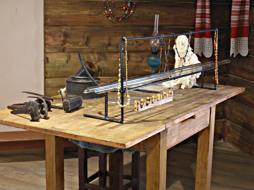 Первыми производителями стеклянных елочных игрушек были кустари-стеклодувы. Второй зал представляет обычную крестьянскую избу с рабочим столом.