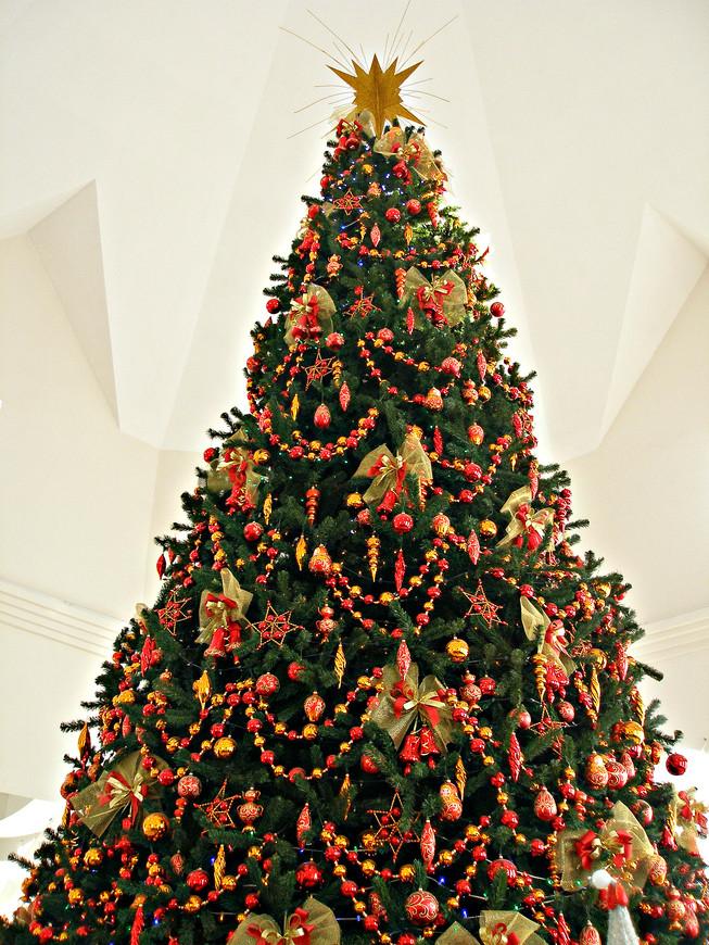 И в самом конце попадаешь в Зал торжеств. Когда бы вы не приехали (даже в июле!) здесь всегда царит Новый год - с Дедом Морозом, хороводами, подарками и т. п.