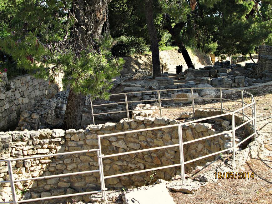 Ямы-хранилища. Использовались для сбора мусора, а также остатков жертвенных приношений.