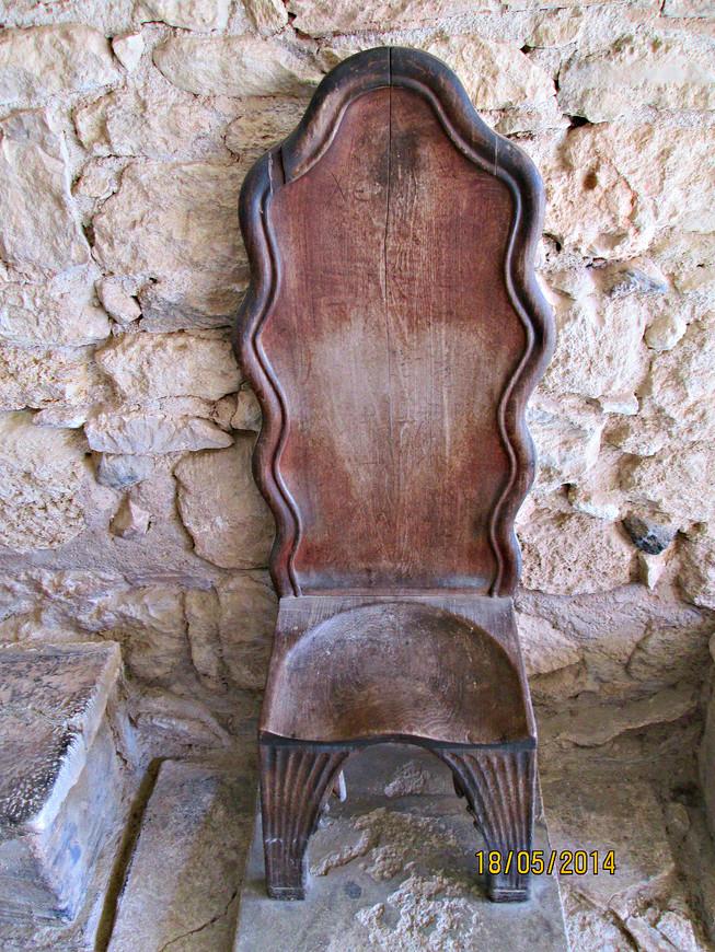 Алебастровый трон. Конечно, после греческого завоевания здесь сидел царь. Но историки не исключают, что в эпоху расцвета Крита его могла занимать женщина - жрица Верховной богини.