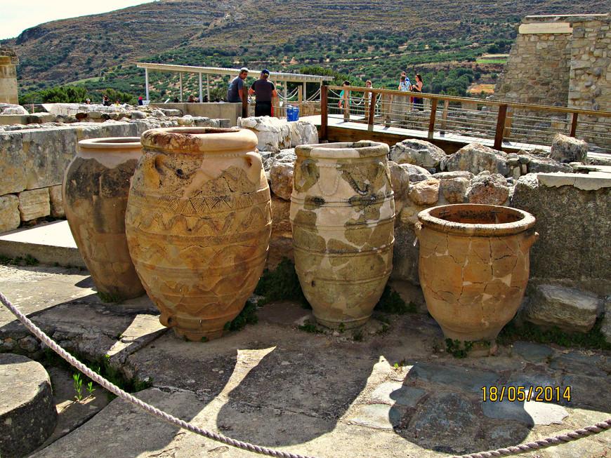 Большие пифосы. В древности они были заполнены зерном или маслом. Подсчитано, что кладовые и коридоры могли вмещать до 400 пифосов. До наших дней сохранилось 150.
