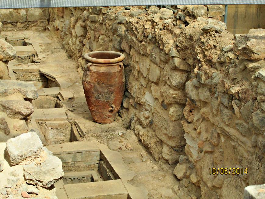 Кладовые. Многие помещения дворца служили для складирования самых разнообразных товаров. Археологи установили, что на дворцовых складах находилось большое количество ремесленных изделий, оружия и высококачественной керамики. Большая часть сосудов изготавливалась здесь же, в дворцовых мастерских. Едва ли можно поверить, что все эти огромные запасы  предназначались для нужд обитателей  дворца. Скорее они приготовлялись для продажи.  Из этого следует, что дворец служил не только резиденцией правителей, но был также сосредоточием критского ремесла и торговли.