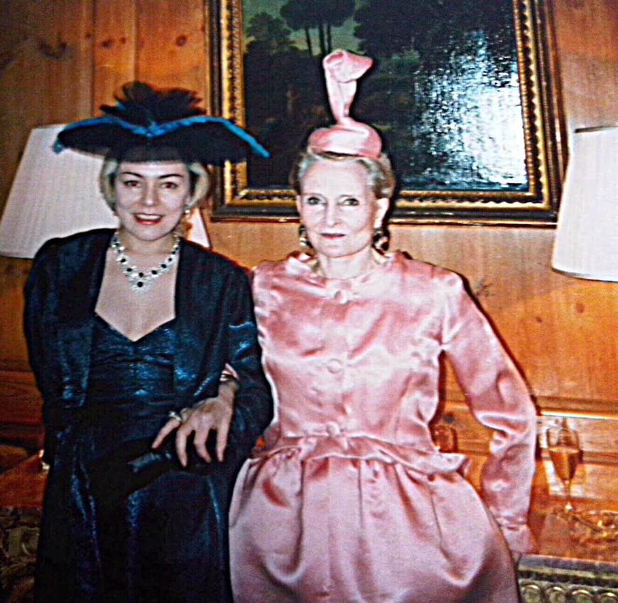 """Я с Джонни (так Ее называли близкие люди). Mrs de Vere Hunt  была моей второй мамой. Встретила я Ее  в 1988  году в Шереметьево. Джонни ехала из Ленинграда, где с Питером Устиновым участвовала в открытии дома- музея Бенуа.  Джонни все время  называла меня """"моя русская принцесса"""", на что я, смеясь, всегда отбрыкивалась:  во-первых, я чувашка, во вторых, мои родители выросли в деревне с туалетом на улице и газетой в ней не для чтения. МОЯ АНГЛИЙСКАЯ МАМА всегда укладывала меня  в кровать, как маленького ребёнка: подоткнёт одеяло, под ноги положит грелку, поцелует, перекрестит на католический манер слева направо и напомнит, что если я захочу """"пи-пи"""", то не стоит идти в уборную, поскольку ночная ваза прямо около кровати. Через несколько лет Джонни не стало... Странный случай произошёл ночью 11 ноября 2009 года. Посреди ночи я вдруг решила пойти к дому Джонни в Кенсингтон Сквере. Я долго стояла перед домом, к которому не подходила почти 20 лет. А утром позвонила моя сестра и сказала, что МОЯ РОССИЙСКАЯ МАМА ушла неожиданно ночью из жизни..."""