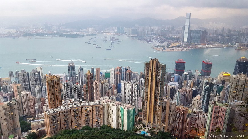 На противоположном берегу виден Международный Коммерческий Центр, самое высокое здание Гонконга.