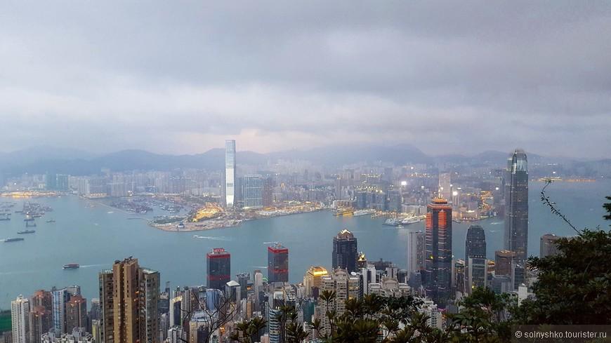 Второй по высоте небоскреб - вторая башня Международного Финансового Центра ( на фото справа)