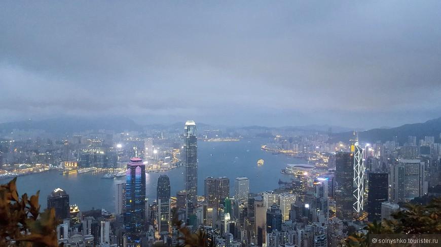 Лучшее время для поездки на пик Виктория- это вечер. Краски меняются, на небоскребах включают подсветку, и город преображается. Ярче всего подсвечена башня Банка Китая (здание с треугольным орнаментом)