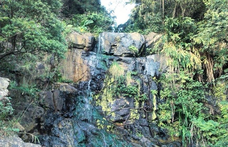 По дороге можно увидеть такой вот живописный водопад.