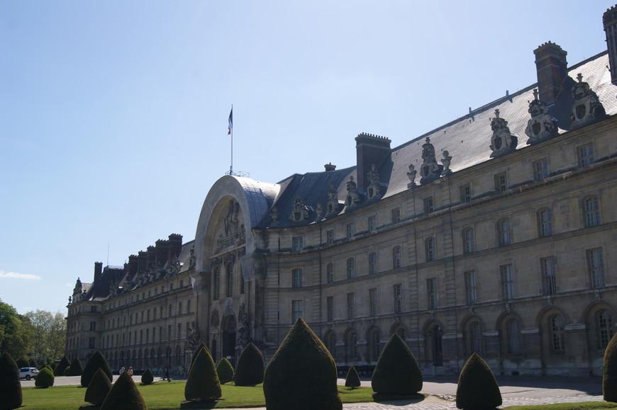 Дом Инвалидов является военным учреждением до сих пор, тут проходят парады и церемонии, располагается резиденция коменданта Парижа. Там же находится Музей Армии, где хранится огромная коллекция воинского оружия, знамен, трофеев и доспехов.