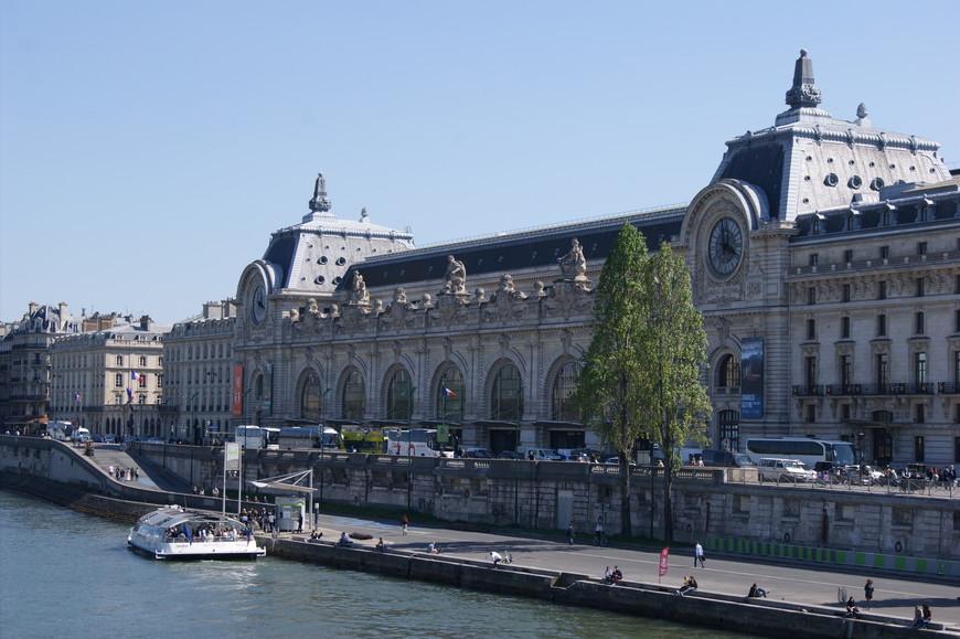 Музей д'Орсе занимает здание одноименного вокзала и прилегающего к нему отеля. Вокзал этот был построен к Всемирной выставке 1900 года, чтобы разгрузить другие железнодорожные узлы Парижа и окрестностей в ожидании прибытия тысяч посетителей.