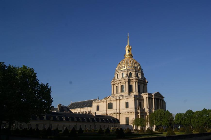 Примечательно, что комплекс до сих пор сохраняет свою первоначальную функцию – в настоящий момент в нём проживает около ста ветеранов французской армии.