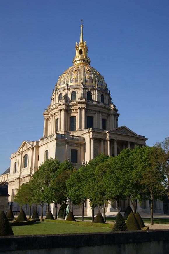 Высота всего сооружения 107 метров, длительное время это было самое высокое здание Парижа. Купол имеет декоративные украшения, ажурный фонарь, шпиль и лилии.