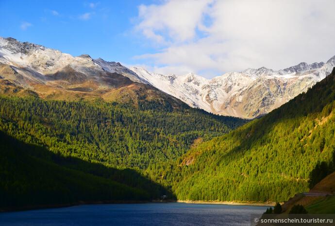 Только сегодня нам удалось разглядеть озеро и горы во всей красе. Два дня туманов скрывали от нас это сокровище.