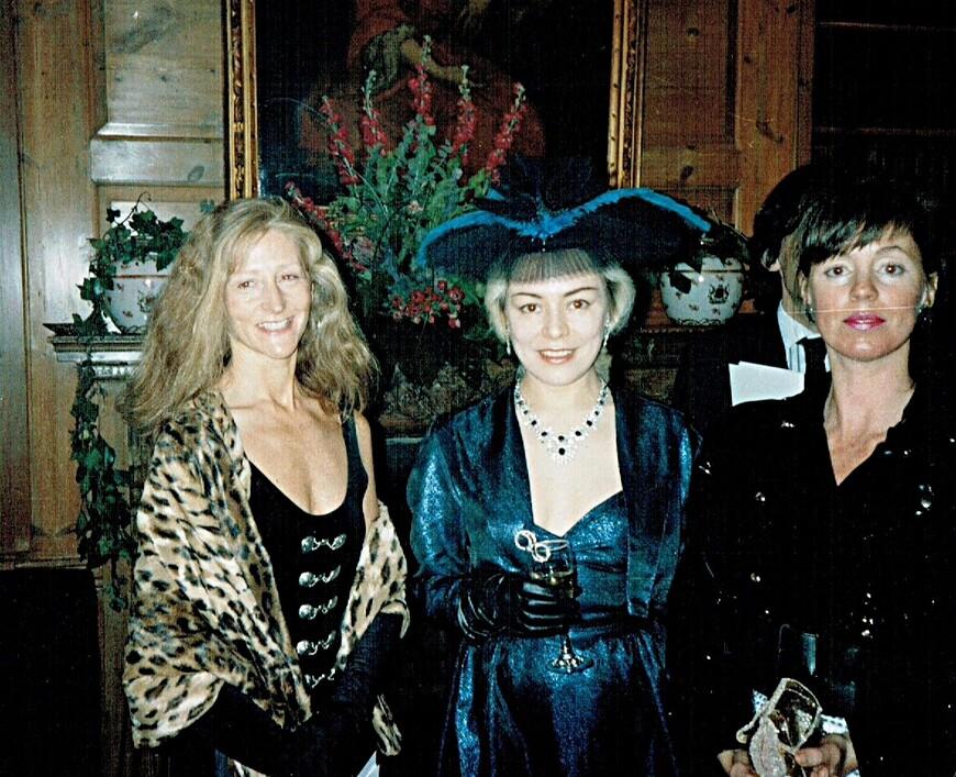 Слева - Франсис. Справа - Джоанна. Сестра Джоанны была Примой балериной Королевского Театра Оперы и Балета Ковент Гарден, поэтому мы постоянно смотрели балет бесплатно в Королевской ложе, что справа от сцены. Я приехала в Англию в 1987 году, когда эмигрантов из СССР было по пальцам сосчитать. Поневоле все мое окружение было почти исключительно британским, что безусловно помогло мне быстро врасти в их общество. Я всегда советую эмигрантам: в первые 10-15 лет на чужбине, как только слышите родную речь, немедленно драпайте как можно дальше! Иначе Вы навсегда будете чувствовать себя чужими и никогда не прочувствуете и не поймете духовные ценности своей новой Родины. Что я постоянно и свидетельствую. Российская диаспора, подобно Пакистанской, варится в своем соку, постоянно промывает британские косточки, ностальгирует по прошлому... По сути, Российская диаспора, подобно Пакистанской, сродни Пятой колонне...
