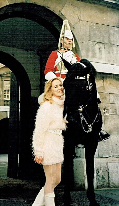 Я, конечно, ещё и не подозревала, что моя будущая работа будет отчасти заключаться в фотографировании моих туристов со всадниками Королевских полков.
