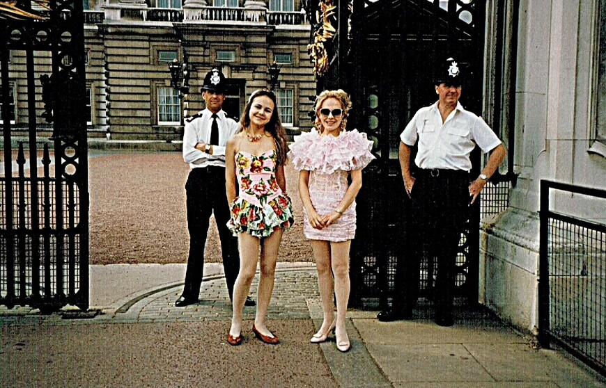 Я со своей шестнадцатилетней сестрой около закопченного  Бакингемского дворца. Я приехала, когда здания страны только начали систематически очищать  от копоти смогов, оставшихся нынче в историческом прошлом. Платьица моего дизайна. Аппликацию из цветов на платье сестры я сама пришивала.