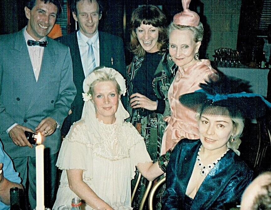 Я с английскими друзьями, которые носились со мной как с писаной торбой: бесплатно водили меня в театры, на всевозможные интереснейшие мероприятия, знакомили с массой удивительных талантливых людей страны. В белом - Ула Ларсон, подруга Джонни. Британка Шведского происхождения, она и Одри Хепберн были музами дизайнера Hubert de Givenchy.