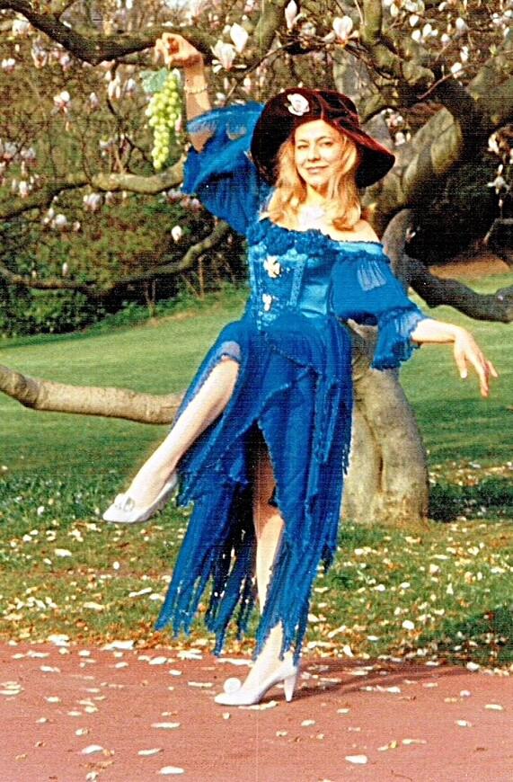 Март. Я пританцовываю под деревом цветущей  магнолии в парке на Ричмондской горе, что рядом с моим домом.