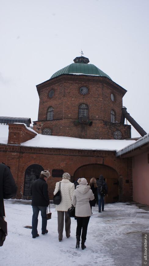 Это старинная домна Северского завода (Урал)