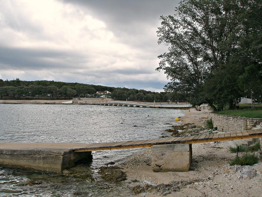 Остров Коверсада соединен с материком каменным мостом.