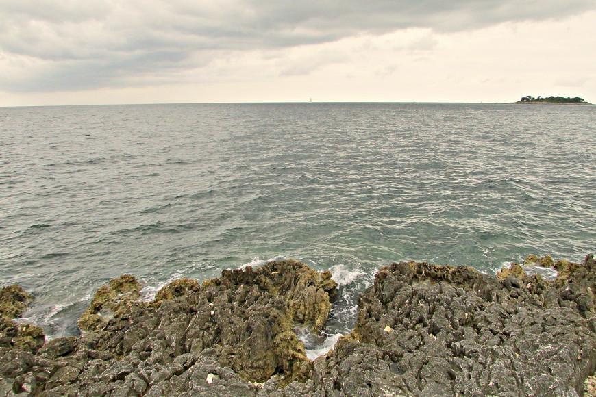 Собственно и пляжей как таковых мы, к своему удивлению, на этом знаменитом острове не обнаружили.Вся береговая полоса - вот такие острые камни.