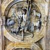 Барельеф на своде арки королевских ворот