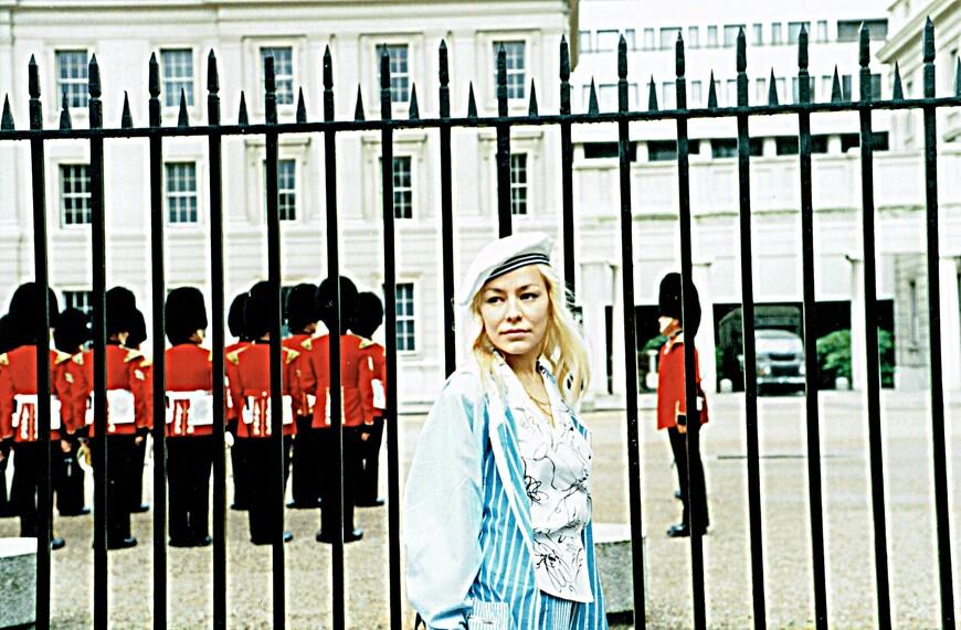 """Казармы Герцога Веллингтона. Королевский полк готовится к смене караула в Бакингемском дворце. По натуре я очень далека от прозы. Например, даже к самым лучшим друзьям я исключительно обращаюсь на """"Вы"""". Так что сий прикидон на мне - аномальность."""