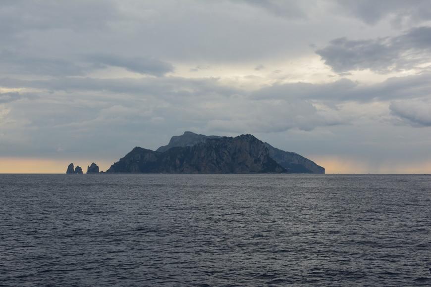 """Проплывали очень близко от острова Капри! Так четко видны его очертания, что можно даже различить """"трех братьев"""" Фаральони."""