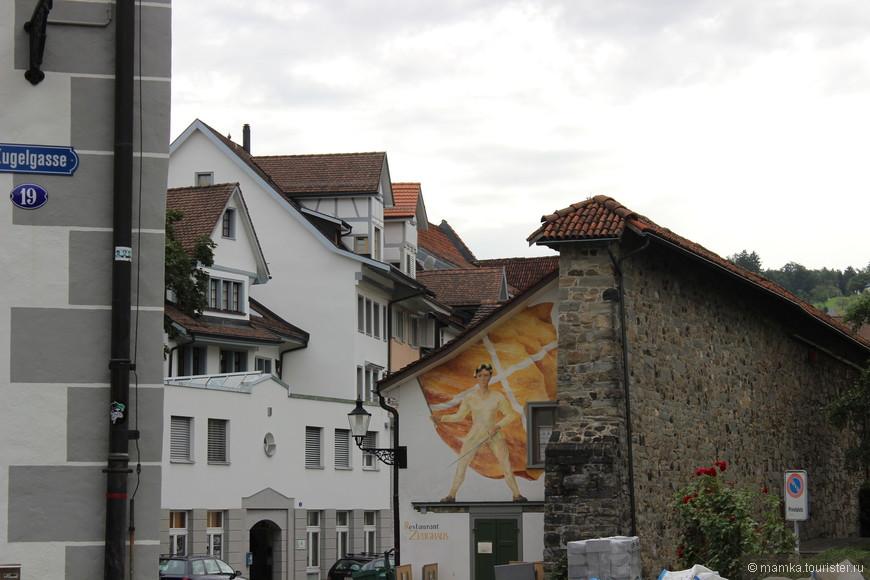 Санкт-Галлен – столица восточной Швейцарии между Боденским озером и Аппенцеллерлендом – это очаровательный старый город, закрытый для автотранспорта, с ярко-раскрашенными фасадами и нарядными эркерами.