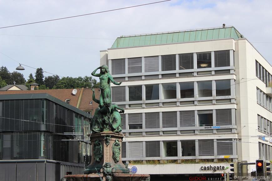 А этот фонтан немного теряется в окружающих постройках...