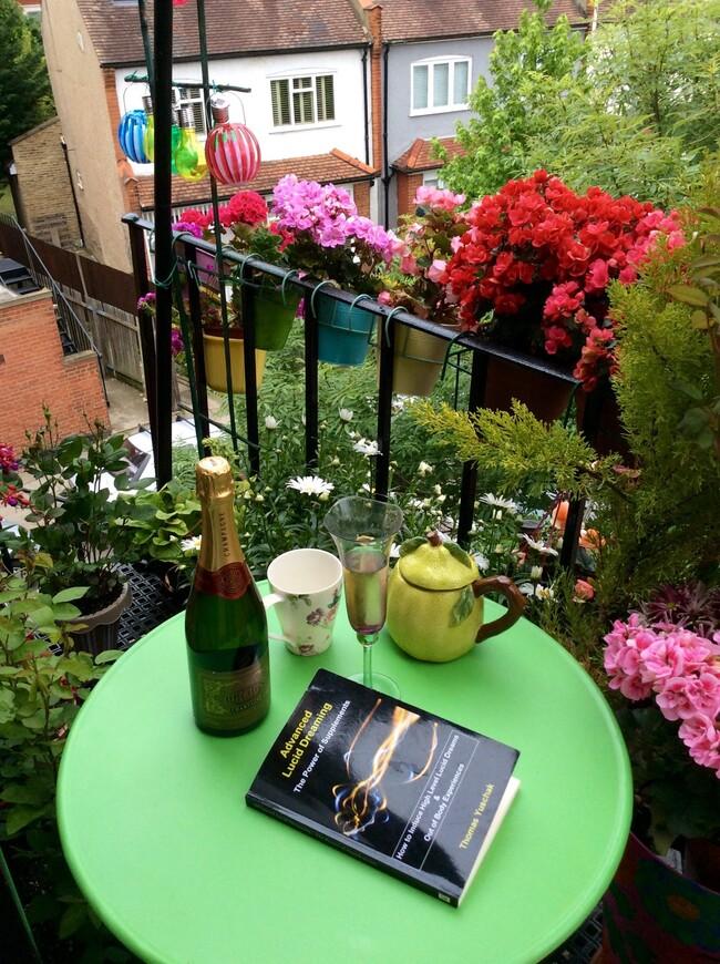 В тёплые дни я вытаскиваю столик и стул и читаю на свежем воздухе книги.